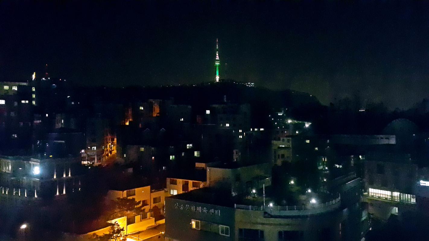 酒店窗外的夜景,可以看到首尔塔!